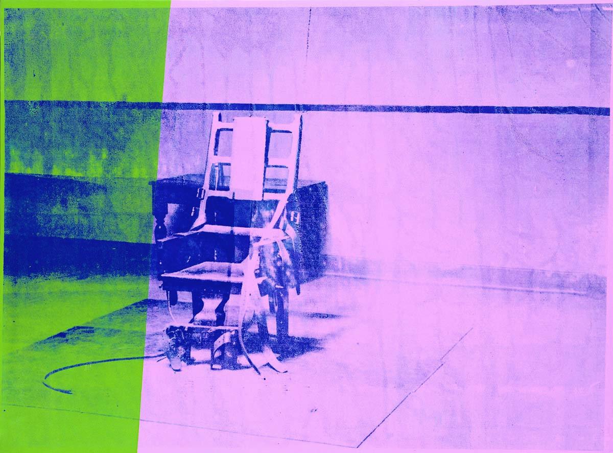 Энди Уорхол, «Электрический стул», 1964 год  Страшное «молчание» светится во мраке «Электрического стула» Энди Уорхола, словно описывая судьбу тех, кто побывал на этом стуле. Однажды художник сказал: «Все, что я делаю, имеет некое отношение к смерти». Тема смерти, исчезновения из этой вселенной призрачной нитью проходит через все его творчество, связывая его. Энди создал целую серию работ, которые объединяет общее название «Большой электрический стул». Эти работы показывают боль и страдания. Серия значительно отличается от предыдущих экспериментов, она стала чем-то новым, кардинально отличающимся от долларовых банкнот, бананов и банок с супом. Однако смерть — такая же обыденная вещь для жизни американцев и всего мира, как и бутылка «Кока-Колы». При создании всей серии художник использовал снимки, вырезки из газет. В статичности и тишине комнаты Уорхол изобразил кончину как отсутствие жизни вовсе и угнетающую тишину.