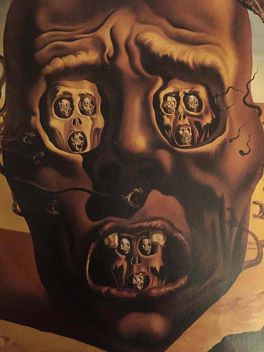 Сальвадор Дали, «Лицо войны», 1940  Испанский художник всегда отличался своей неординарностью, непохожестью на остальных. Картина «Лицо войны» заставляет зрителя испытывать страх и панику. Дали очень хорошо манипулирует и играет не только символами, но и передачей настроения. Мы видим некую конструкцию в виде головы, которая окутана змеями, в глазницах изображен череп в черепе, бесконечно уменьшающиеся, — они выступают в качестве символа цикла смертей. Работа выполнена в желтых тонах, позади виднеется пустыня — символ и оттенок параноидального состояния. Более того, в правом нижнем углу картины Дали оставил «отпечаток» своей руки. Все это не может не вызвать чувство страха и ужаса.